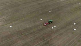 Сельскохозяйственная техника свертывает урожай в связки и создает программу-оболочку они в белой упаковке r акции видеоматериалы