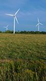 сельскохозяйственне угодье фермы над ветром турбин Стоковое Изображение