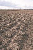 сельскохозяйственне угодье Furrows на аграрном крае - винтажном взгляде фильма Стоковая Фотография