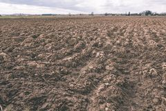 сельскохозяйственне угодье Furrows на аграрном крае - винтажном взгляде фильма Стоковые Фотографии RF