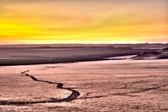 Сельскохозяйствення угодье на заходе солнца Стоковые Изображения RF