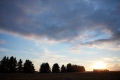Сельско-хозяйственная техника silhouetted против захода солнца стоковые изображения rf