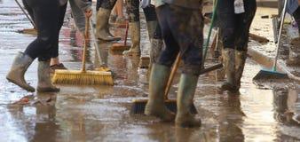 Сельчанин очищая после floodings в Сан Llorenc в детали Мальорки острова стоковые фото