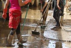 Сельчанин очищая после floodings в Сан Llorenc в детали Мальорки острова стоковое изображение