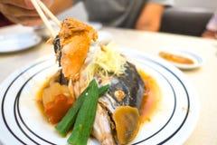 Семги в палочках Семги испаряясь соевый соус Японский стиль кухни Стоковое Изображение RF