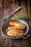 Семги Зажаренные семги рыб Зажаренный salmon стейк в зажаренном в духовке лотке на деревенском деревянном столе Стоковые Изображения RF