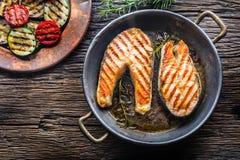 Семги Зажаренные семги рыб Зажаренный salmon стейк в зажаренном в духовке лотке на деревенском деревянном столе Стоковое фото RF