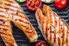 Семги Зажаренные семги рыб Зажаренный salmon стейк в лотке гриля на деревенском деревянном столе Стоковые Изображения RF