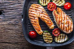 Семги Зажаренные семги рыб Зажаренный salmon стейк в лотке гриля на деревенском деревянном столе Стоковая Фотография