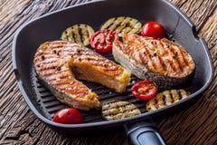Семги Зажаренные семги рыб Зажаренный salmon стейк в лотке гриля на деревенском деревянном столе Стоковые Фотографии RF