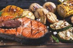 Семги зажаренные стейком с овощами Стоковая Фотография