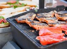 Семги зажарили на барбекю, запретах для сандвича на заднем плане Стоковые Фотографии RF