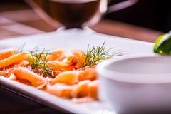 Семги Отрезанные копченые семги с одевать и украшением травы Служа отрезанные семги в ресторане или гостинице Стоковая Фотография RF