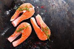Семги семги рыб свежие Сырцовые salmon стейки рыб Стоковое Изображение RF