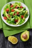 Семги, свежий салат, авокадо, салат черных оливок Стоковые Изображения RF