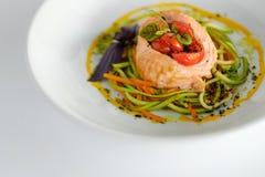 Семги с спагетти от courgettes и морковей Стоковое Фото