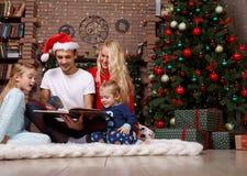 Семейное положение интерьера рождества Стоковое фото RF