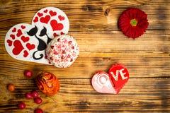 Семейное торжество влюбленности пасхи, яичко, цветок, сахар испечет, деревянный стол Стоковые Изображения