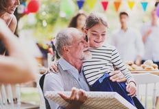 Семейное торжество или приём гостей в саду снаружи в задворк Стоковые Изображения RF