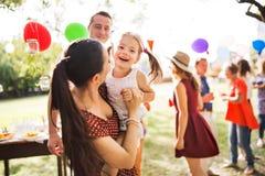 Семейное торжество или приём гостей в саду снаружи в задворк стоковые изображения