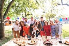Семейное торжество или приём гостей в саду снаружи в задворк стоковое изображение rf