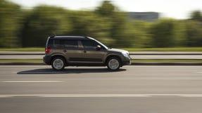 Семейный автомобиль быстро идет на дорогу стоковые фотографии rf
