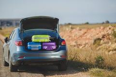 Семейный автомобиль, подготавливает для того чтобы путешествовать Стоковые Фотографии RF