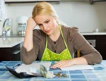 Семейный бюджет серьезной женщины расчетливый Стоковая Фотография RF
