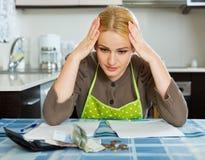 Семейный бюджет унылой женщины расчетливый Стоковое Изображение