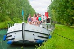 Семейный отдых, перемещение летнего отпуска на шлюпке баржи в канале, счастливые дети и родители имея потеху на отключении круиза стоковое фото