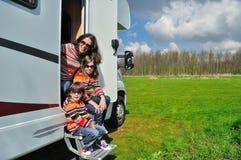 Семейный отдых, перемещение с детьми, счастливая мать туриста RV с детьми на отключении праздника в motorhome Стоковые Изображения RF