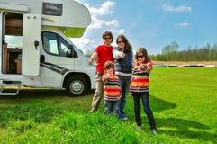 Семейный отдых, перемещение туриста RV с детьми, счастливыми родителями с детьми на отключении в motorhome Стоковые Фото