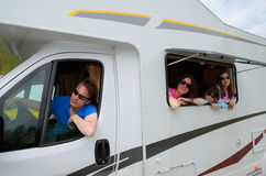 Семейный отдых, перемещение RV (туриста) с детьми Стоковая Фотография