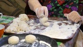 Семейный рецепт, руки ` s бабушки замешивает тесто для плюшек видеоматериал