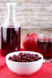 Семена гранатового дерева с соком в стекле и бутылке Стоковое Фото