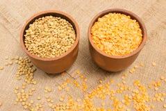 Семена зеленых и красных чечевиц на холсте Стоковые Изображения RF