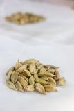 Семена кардамона на белом пергаменте Стоковое Фото
