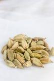 Семена кардамона на белом пергаменте Стоковые Изображения RF