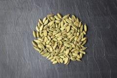 Семена кардамона на конце плиты шифера вверх Стоковое фото RF