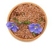 семена льна в деревянном шаре при цветок изолированный на белой предпосылке льняное семя или льняное семя хлопья Взгляд сверху Стоковая Фотография RF