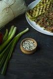 Семена сезама в деревянном шаре Зажаренные в духовке семена сезама Сырцовый, весь, unprocessed r r Темное деревянное стоковая фотография