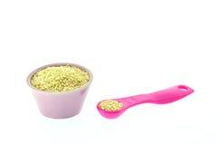 Семена сезама в чашке и измеряя ложке Стоковая Фотография