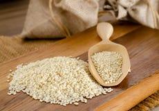 Семена сезама на деревянной ложке Стоковые Фотографии RF