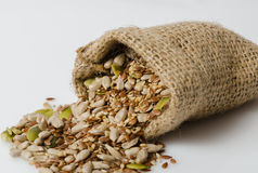 Семена солнцецвета, тыквы, льна и сезама в сумке a стоковая фотография rf