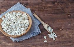 Семена тыквы в деревянном шаре Стоковые Фотографии RF