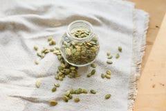 Семена тыквы на linen ткани Стоковые Фото