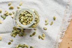 Семена тыквы на linen ткани Стоковое Изображение