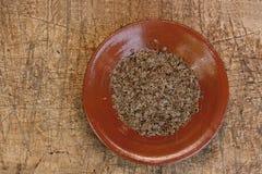 Семена укропа на керамической деревенской плите Стоковое Фото