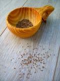 Семена фенхеля в деревянном шаре стоковые фото