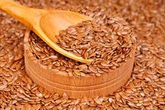 Семена льна в деревянных шаре и ложке Стоковые Фотографии RF